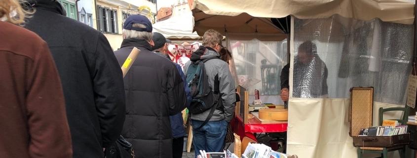 Kunden stehen an bei guten Produkten - Beispiel Käsestand am Ravensburger Markt