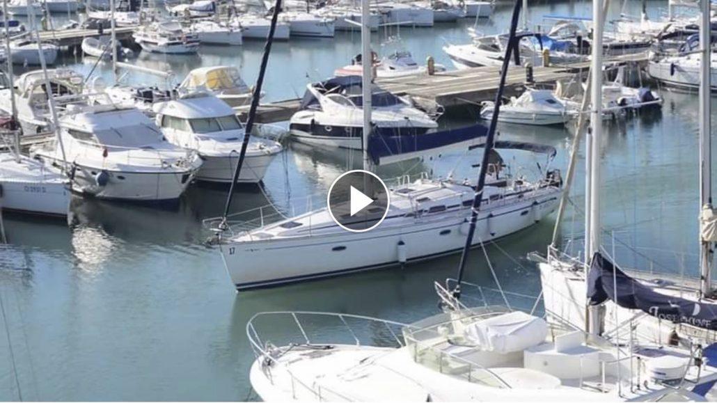 Profis auf der Yacht beim Anlegen